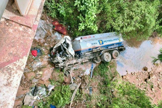 Sơn La: Xe chở xăng dầu lao xuống suối, 1 người bị thương
