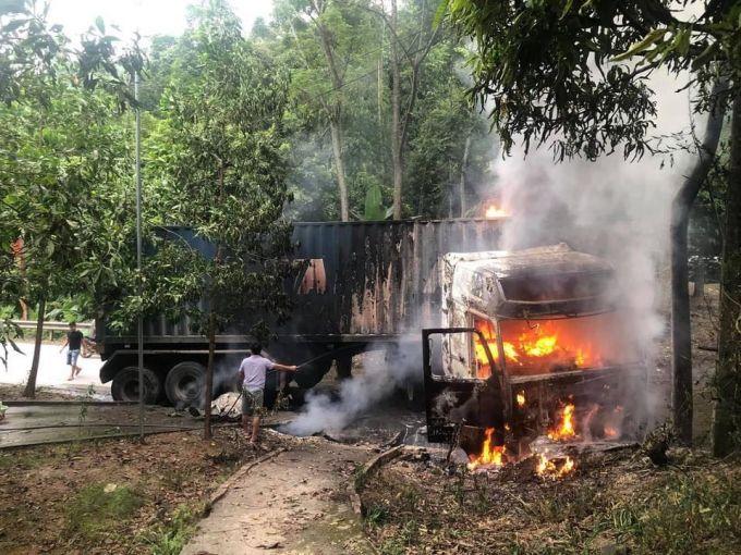 Yên Bái: Xe đầu kéo đâm xuống rãnh rồi bốc cháy dữ dội