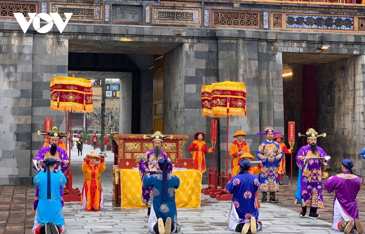 Tái hiện Lễ Ban Sóc triều Nguyễn và đón du khách đầu tiên đến tham quan Khu di sản Huế