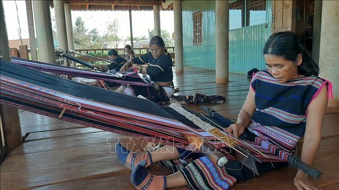 Gia Lai: Giải 'bài toán' bảo tồn văn hóa dệt thổ cẩm