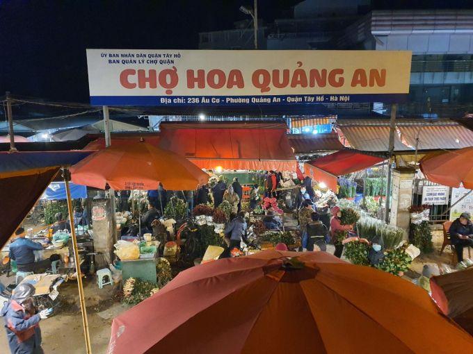Chợ hoa Quảng An vẫn nhộn nhịp giữa đêm giá rét