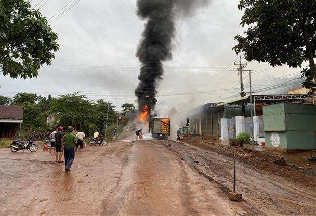 Bình Phước: Xe bồn chở xăng và xe tải bốc cháy, 1 tài xế bỏng nặng