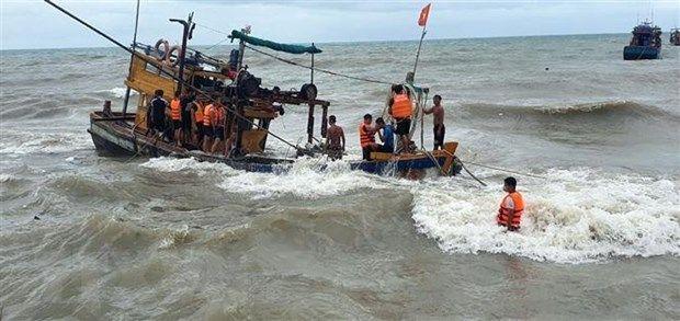 Quảng Nam: Tàu Cảnh sát biển 8002 xuyên bão số 5 cứu nạn ngư dân