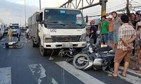 Quảng Bình: Xe container lật khi vào cua đè chết 2 người