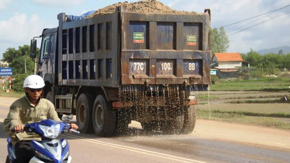 Hà Nội: Phạt hơn 400 ô tô vi phạm ATGT, xả phế thải ra đường