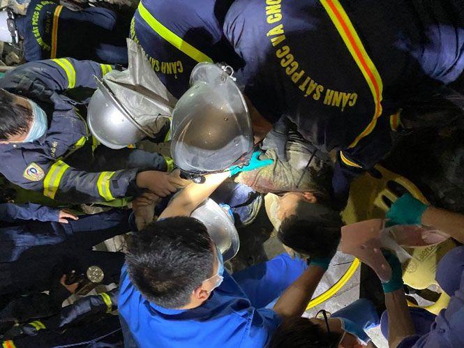 Hà Nội: Giải cứu 1 người trong vụ sập giàn giáo lúc nửa đêm