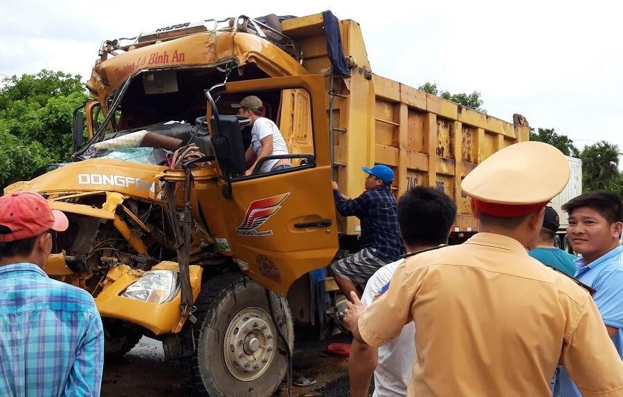 Ô tô tải đâm 2 xe đang dừng đèn đỏ, tài xế trọng thương