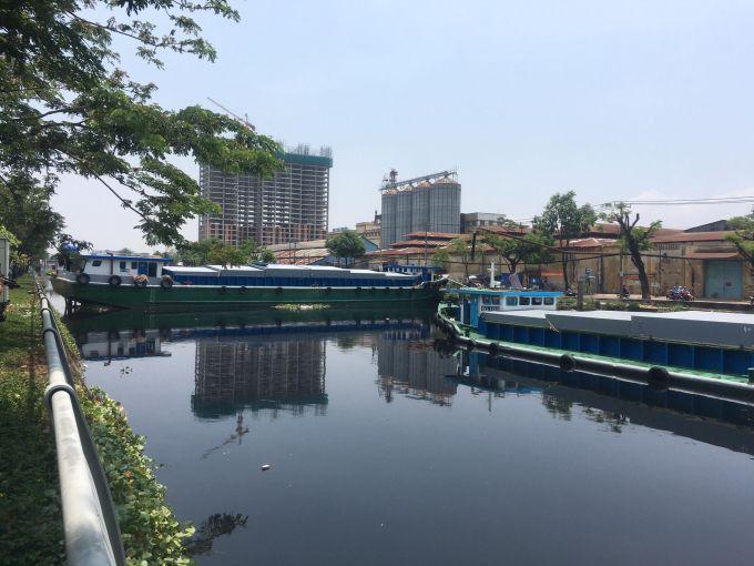 Giải cứu sà lan kẹt ngang kênh Tàu Hũ