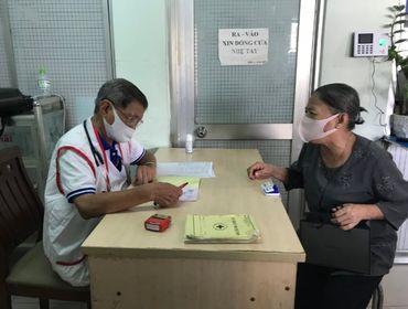 Giaothong24h phối hợp cùng MTQ phát quà cho bệnh nhân nghèo tại Phòng khám từ thiện Phường 15 Quận 10.