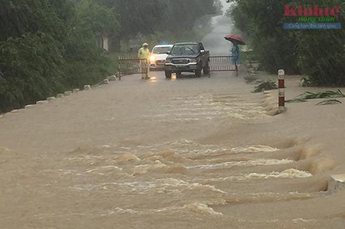 Phú Yên chốt chặn những đoạn đường bị ngập sâu