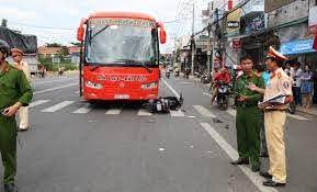 Tạm đình chỉ lái xe buýt lấn làn, vượt đèn đỏ giữa lúc ùn tắc