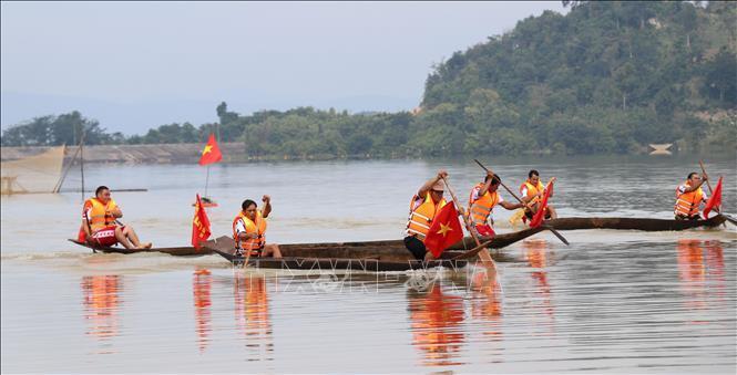 Gia Lai: Hội đua thuyền độc mộc trên dòng Pô Cô